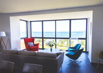 Salon avec vue imprenable sur la mer et l'Île de Batz