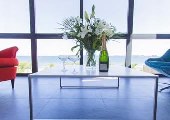 Le salon avec vue sur mer